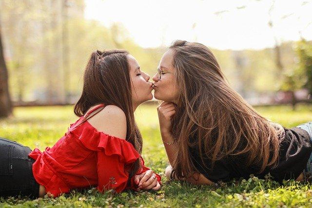 dívky polibek
