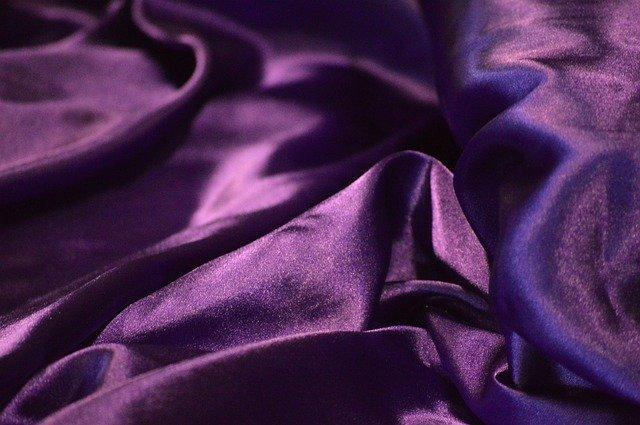 fialové hedvábí