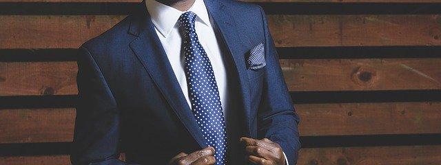 modrý společenský oblek