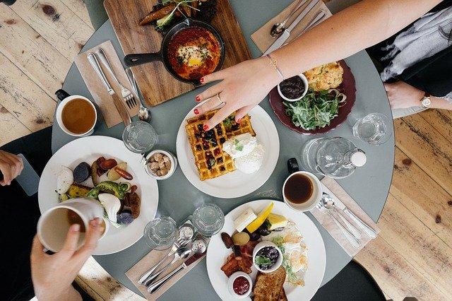občerstvení na stole