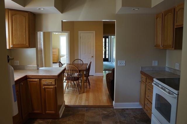 jídelní stůl, dřevěná kuchyně