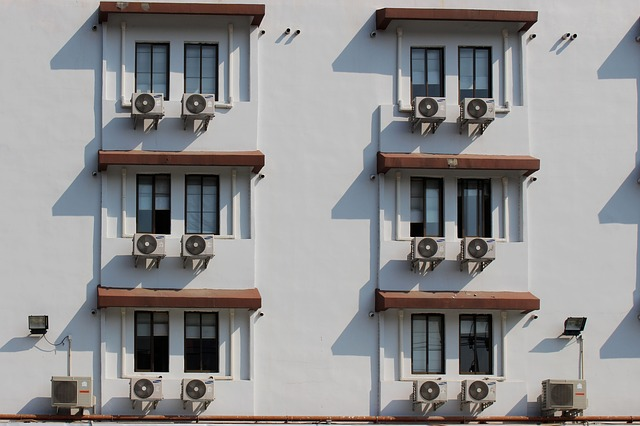 klimatizace pod okny