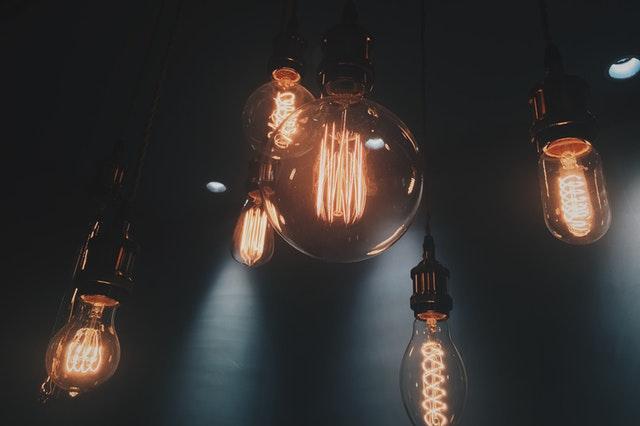 žárovky visící ze stropu a svítící do žluta