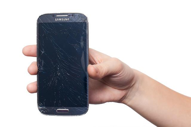 rozbitý mobilní telefon nikoho rozhodně nepotěší