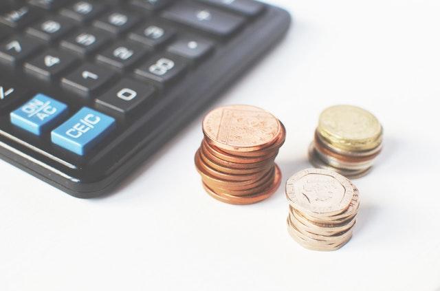 kalkulačka a tři sloupce mincí.jpg