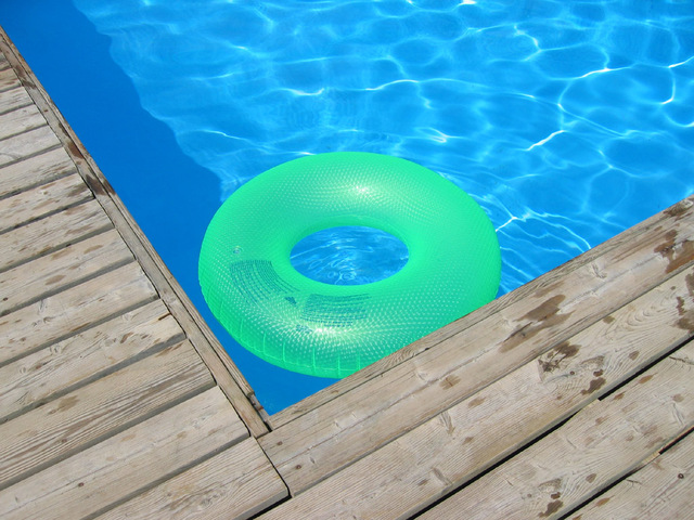 fotografie bazénu s nafukovacím kruhem