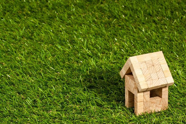 domek na trávníku