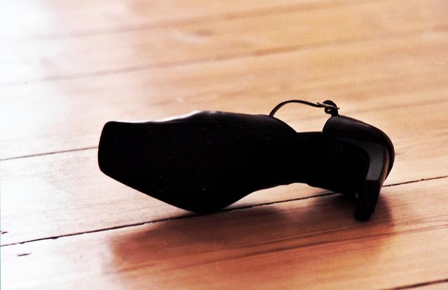 dámský střevíc na dřevěné podlaze