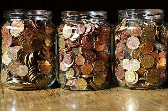 úspory mince ve sklenici