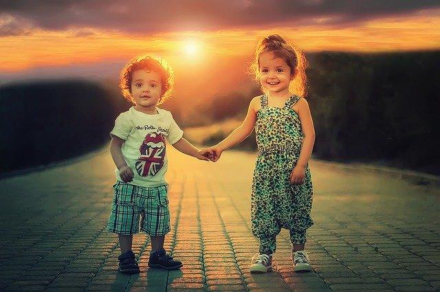 Děti držící se za ruku