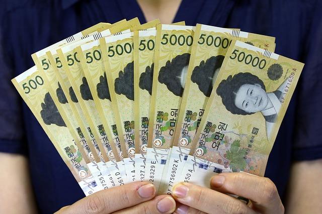vějíř asijských bankovek